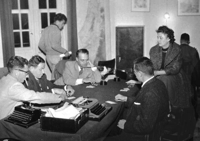 Early days of the foreign press . A poker game at the Government Press office. At that time the GPO was housed in the Russian Compound.