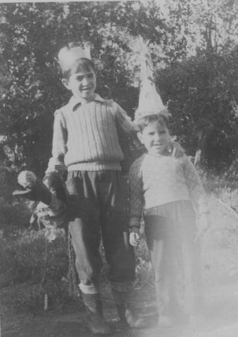 יוסף משמאל ואחיו הצעיר עמוס