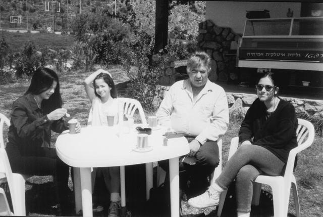יוסי ג'ינו ו3 בנותיו: עדי, נועה ונטע ג'ינו