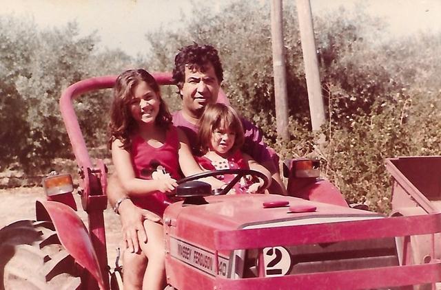 יוסי ג'ינו עם בנותיו נטע ועדי