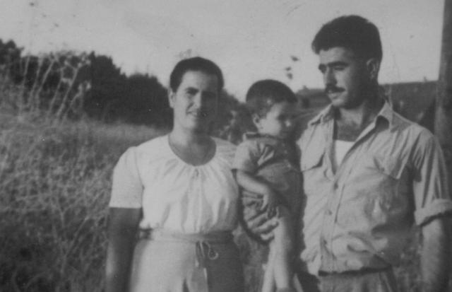 """יוסף תינוק יחד עם הוריו פנחס ובת שבע ג'ינו ז""""ל"""