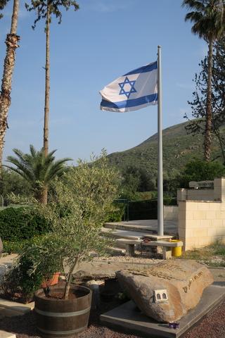 על רקע דגל ישראל בסמוך ליום העצמאות