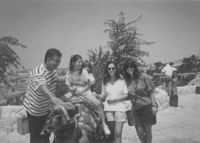 מימין: אסתר, עדי, נועה, נטע ויוסי ג'ינו