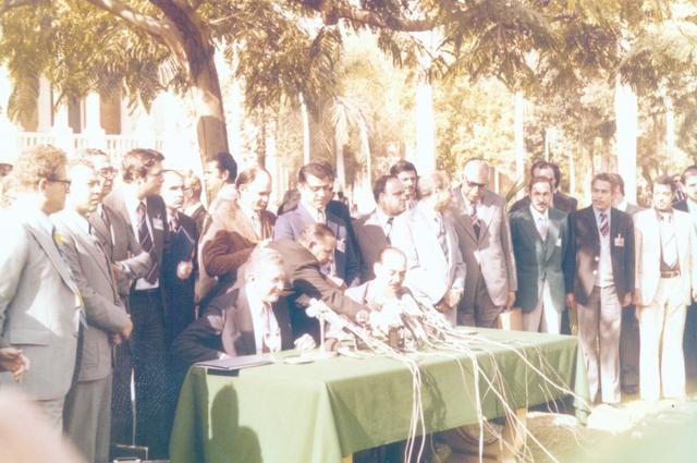 מסיבת העיתונאים, הנשיא לשעבר עזר ויצמן יושב ראשון משמאל