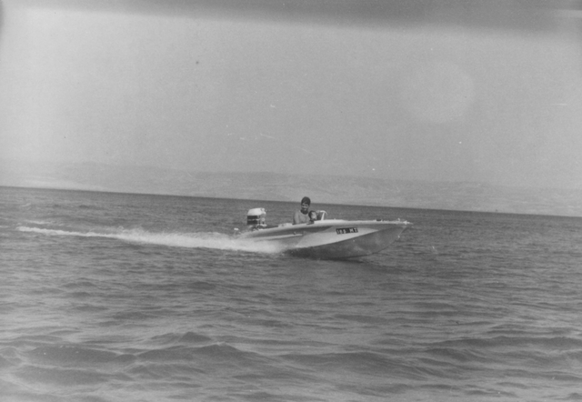 יוסי ג'ינו משיט סירה בכנרת