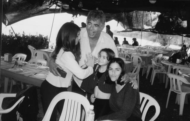 יוסי ג'ינו עם בנותיו: עדי, נטע ונועה