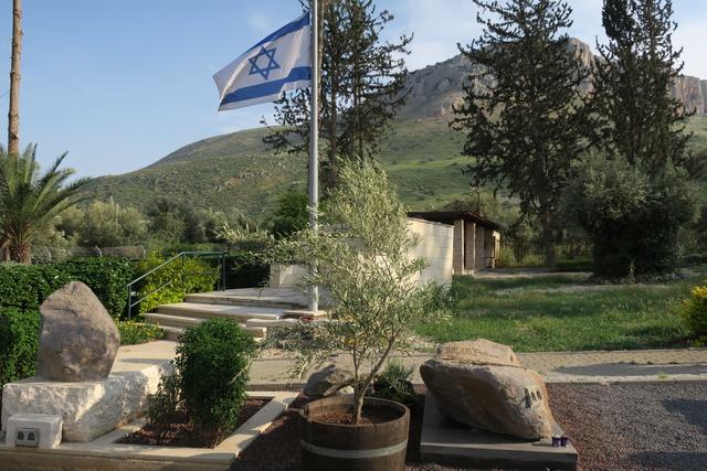 על רקע הארבל ודגל ישראל