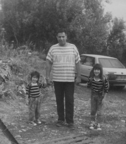 יוסי ג'ינו עם בנותיו נטע ונועה