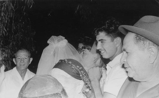 יוסף שני מימין בחתונת אחותו
